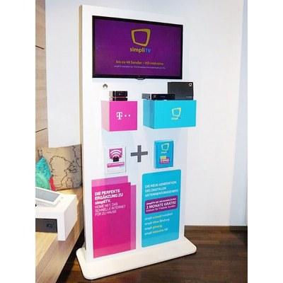 Digital Signage Infoterminal Indoor Individuelle Ausführung & Format - Pr sentationsdisplay-mit-32Zoll-Display-und-Warentr ger
