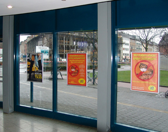 Plakatrahmen-Fenster-Klapprahmen-Anwendung-UCI.jpg